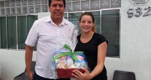 A comerciária Adriele, de Águas de Lindóia, recebe o Kit Maternidade
